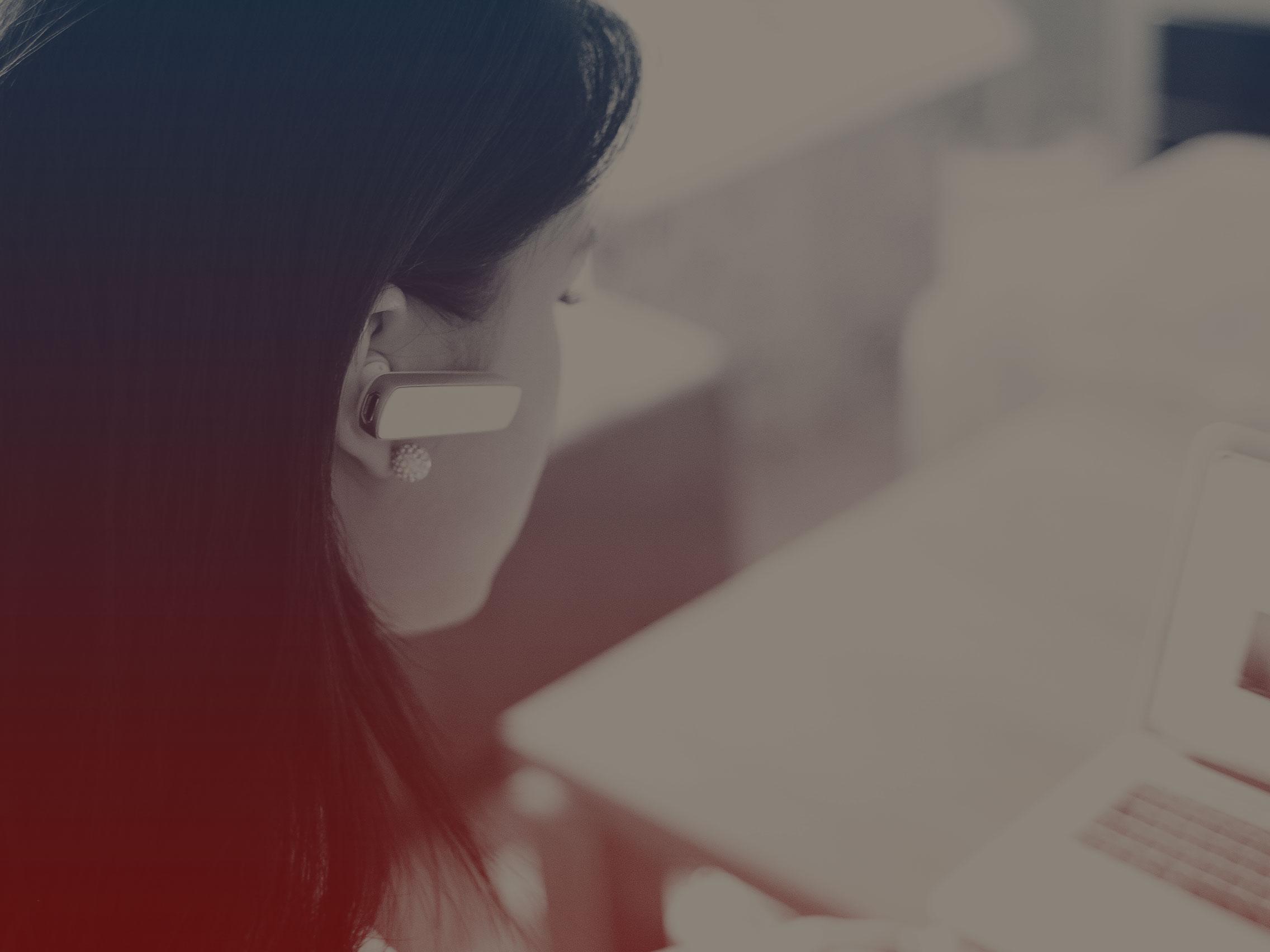 Departamento Pessoal - Formalidades de admissão, demissão e demais rotinas relacionadas à contratação de empregados; atualização cadastral de funcionários contratados e demitidos, inclusive junto ao sindicato ou Ministério do Trabalho; elaboração da folha de pagamento salarial aos empregados, e semelhantes.