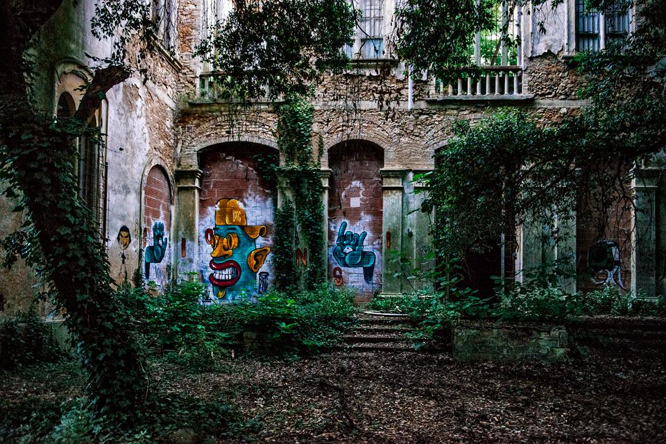Graffiti nell'ex manicomio di Volterra