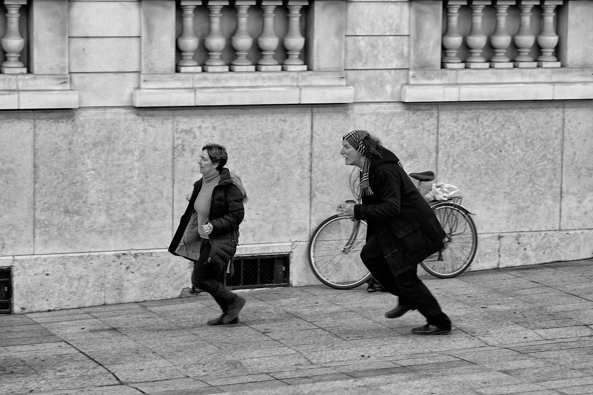 The mime and the hurry woman