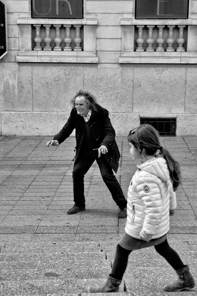 The mime and the little girl