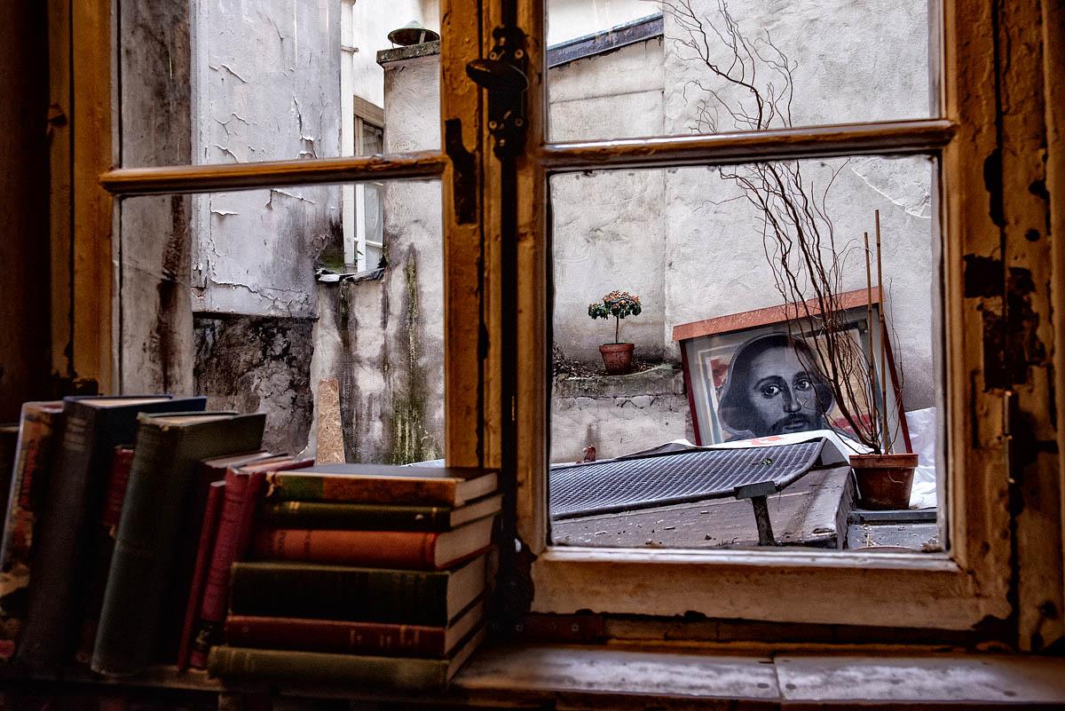 Shakespeare outside a window