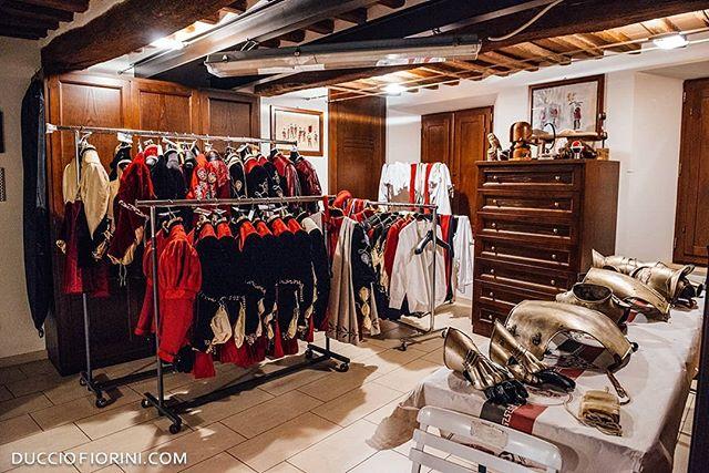 La magia dell'economato durante la vestizione della comparsa per il palio di Agosto 2018. . . Ducciofiorini.com Video: https://ducciofiorini.com/video#/contrada-priora-della-civetta . . . . . . #🔴⚪⚫ #🦉 #🐎 #contradaprioradellacivetta #siena #contradadellacivetta #soloasiena #tufo #contrada #piazzatolomei #civetta #comparsa #Tuscany #sienalove #siena🇮🇹 #Сиена #シエナ #sienaitalia #sienaitaly #sienabestphoto #ducciofioriniphoto #vestizione #portraits #cormagistibisenapandit #contrade #paliodisiena #palio #corteostorico
