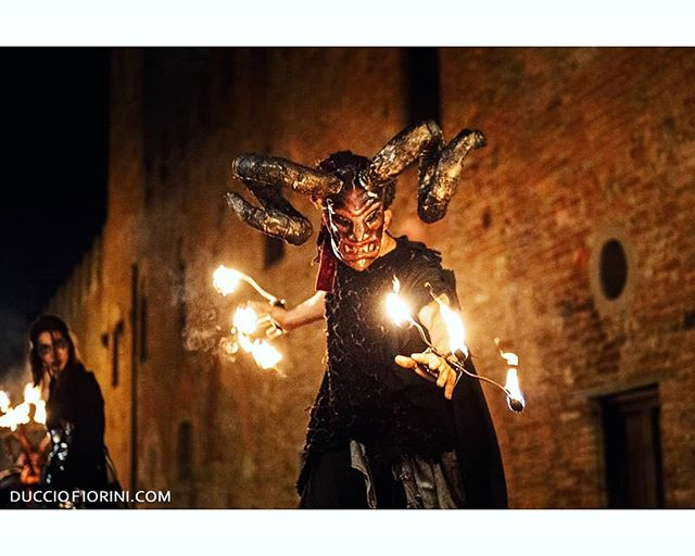 ll teatro invase il paese mentre il fuoco ardeva negli occhi di angeli, demoni e matti. . . Ducciofiorini.com . . . #reportagephotography #streetlife #siena #circus #circusparty #teatro #Tuscany #siena🇮🇹 #mercantia #teatro🎭 #teatroindependiente #mercantiacertaldo #ducciofioriniphoto #fotoitaliane #capturestreets #potraits #potraitpage #potraitvision #potraits_ig #potrait_shots #devil😈 #devils #casualcosplay #cosplays #cosplaycommunity #cosplayersofig #cosplayway #eyes👀 #nightparty
