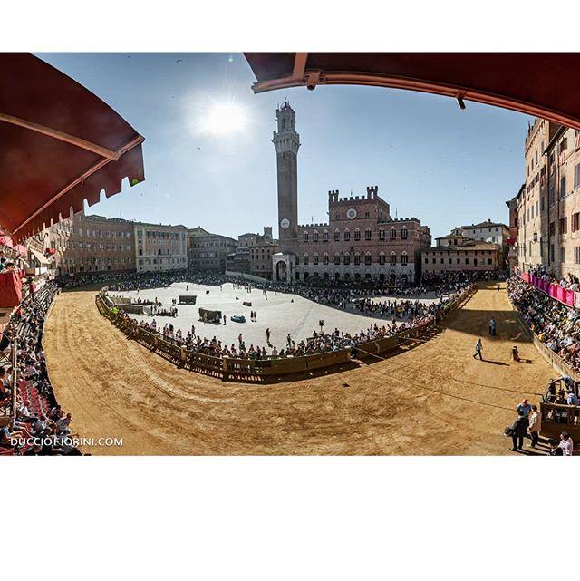 """""""Guardai dalla mia finestra un paesaggio che era già dentro di me e sentii un'emozione che era già nel paesaggio."""" Eise Osman . . Ducciofiorini.com . . . . #piazzadisiena #provagenerale #siena #ig_siena #sienaitaly #tufo #contrada #piazzadelcampo #mangiatower #torredelmangia #Tuscany #sienalove #siena🇮🇹 #Сиена #シエナ #sienaitalia #sienaitaly #sienabestphoto #ducciofioriniphoto #volgosiena #piazzadelcamposiena #cormagistibisenapandit #contrade #paliodisiena #palio #palio2019 #🐎"""