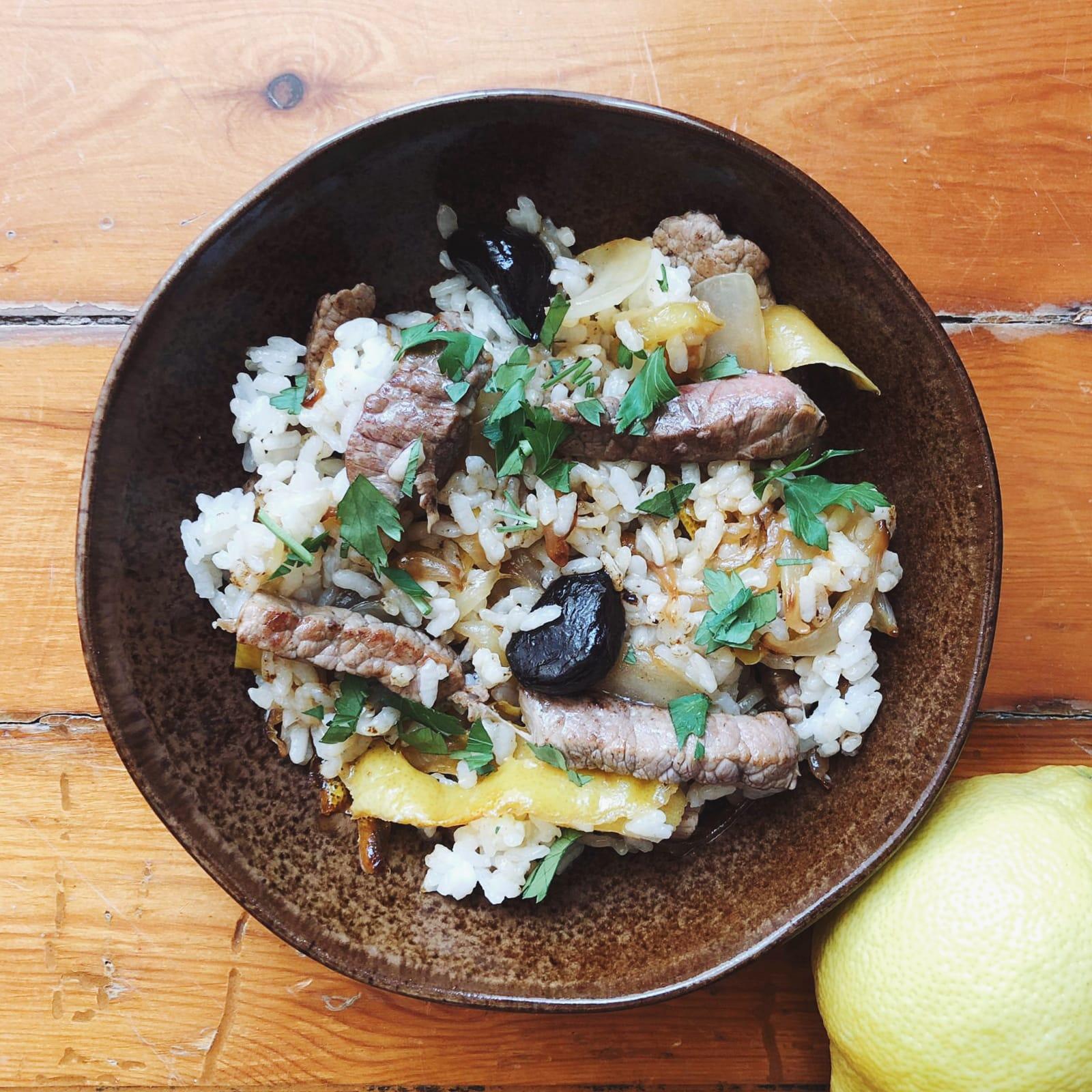 Salteado de ternera y arroz con cebolla caramelizada y ajo negro