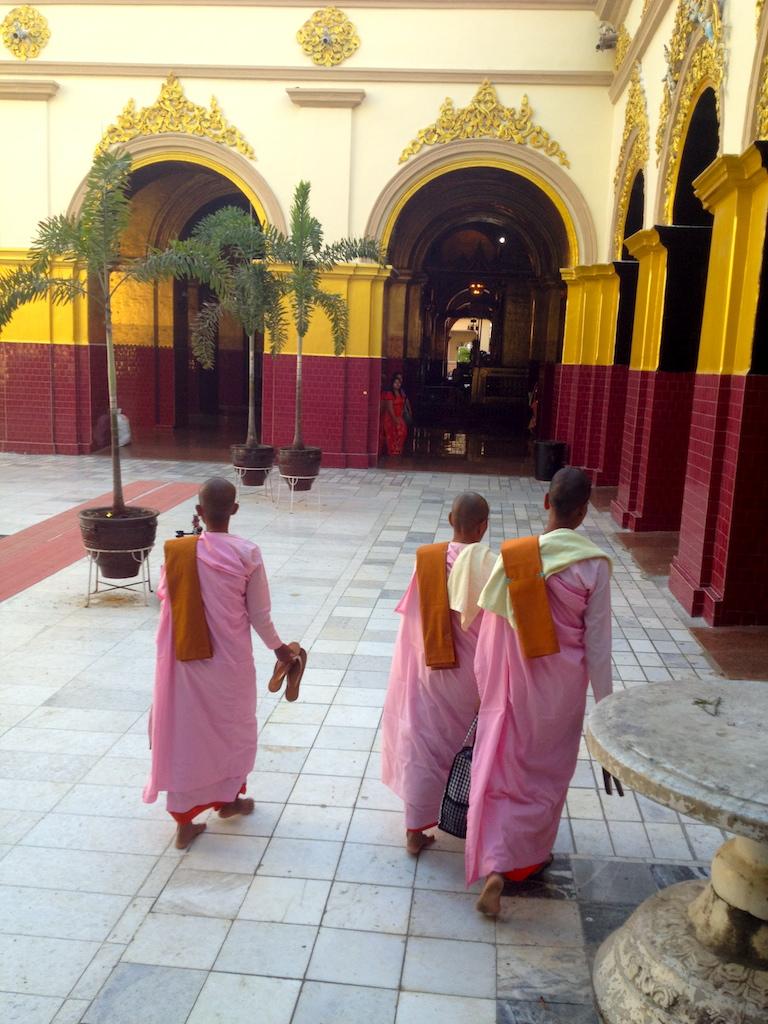 myanmar_mandalay_maha-myat-muni-paya-pink-nuns (1).jpg