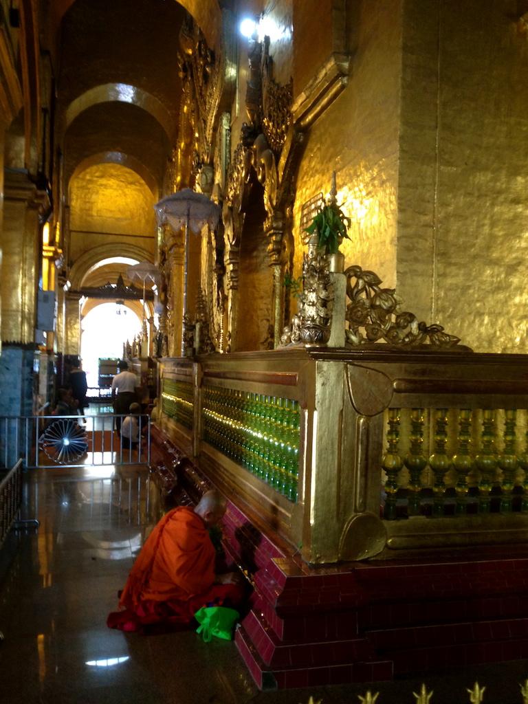 myanmar_mandalay_maha-myat-muni-paya-praying-monk.jpg