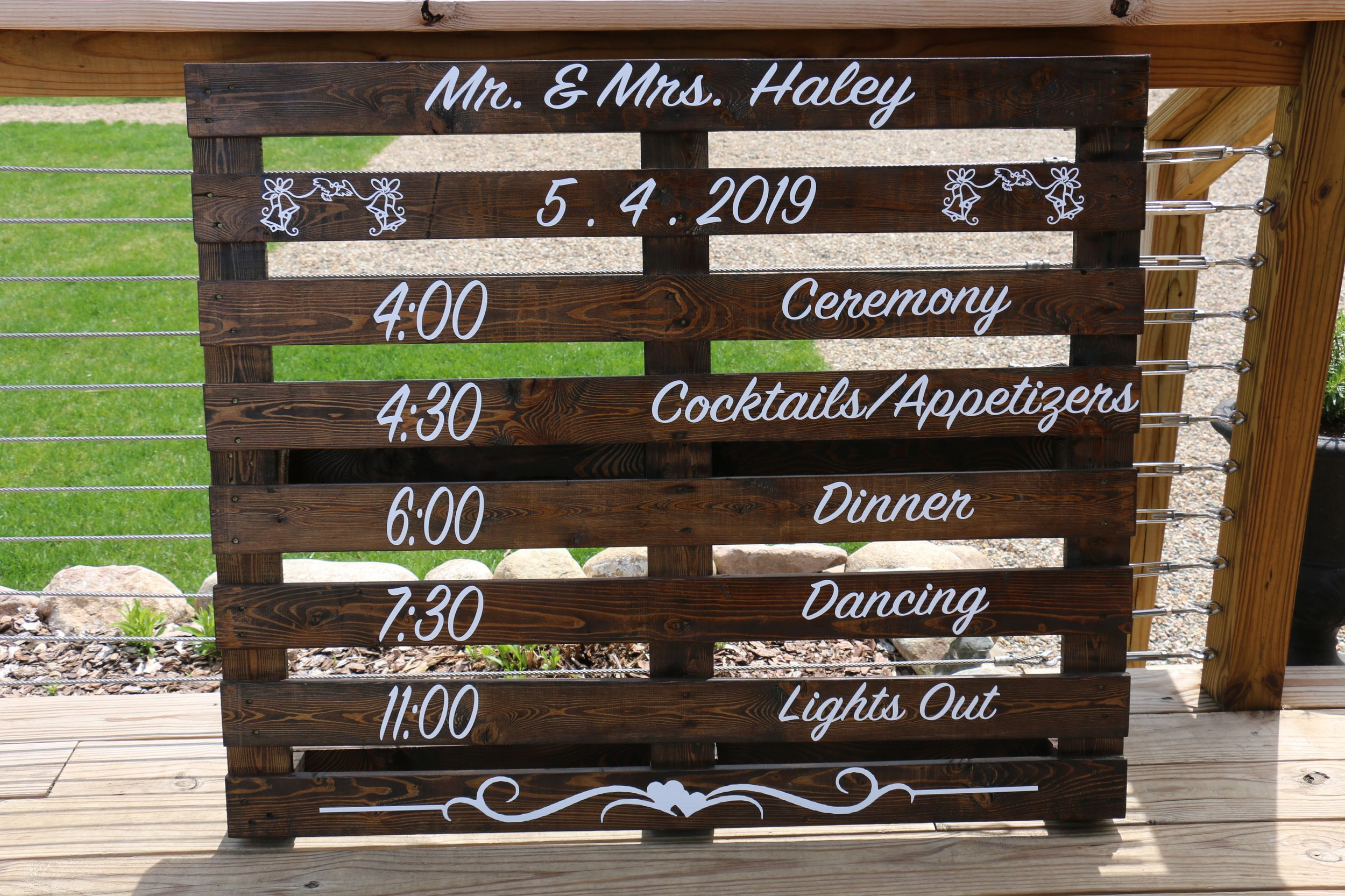 Pallet signs welcomed guests and guided them through the wedding day.