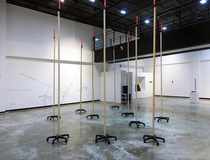 """Mistranslation #2 , installation et mural, matériaux mixtes, exposition """"Point it"""", Hongti Art Center, Busan, Corée du Sud, 2016"""