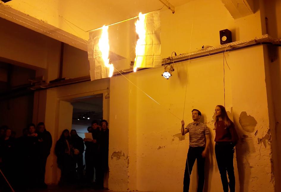 Flash , 2017,Performance en collaboration avec Camille Coléon réalisée dans le cadre de l'exposition SHELTERS. Organisée par le collectif : La Montagne, Bruxelles, Belgique