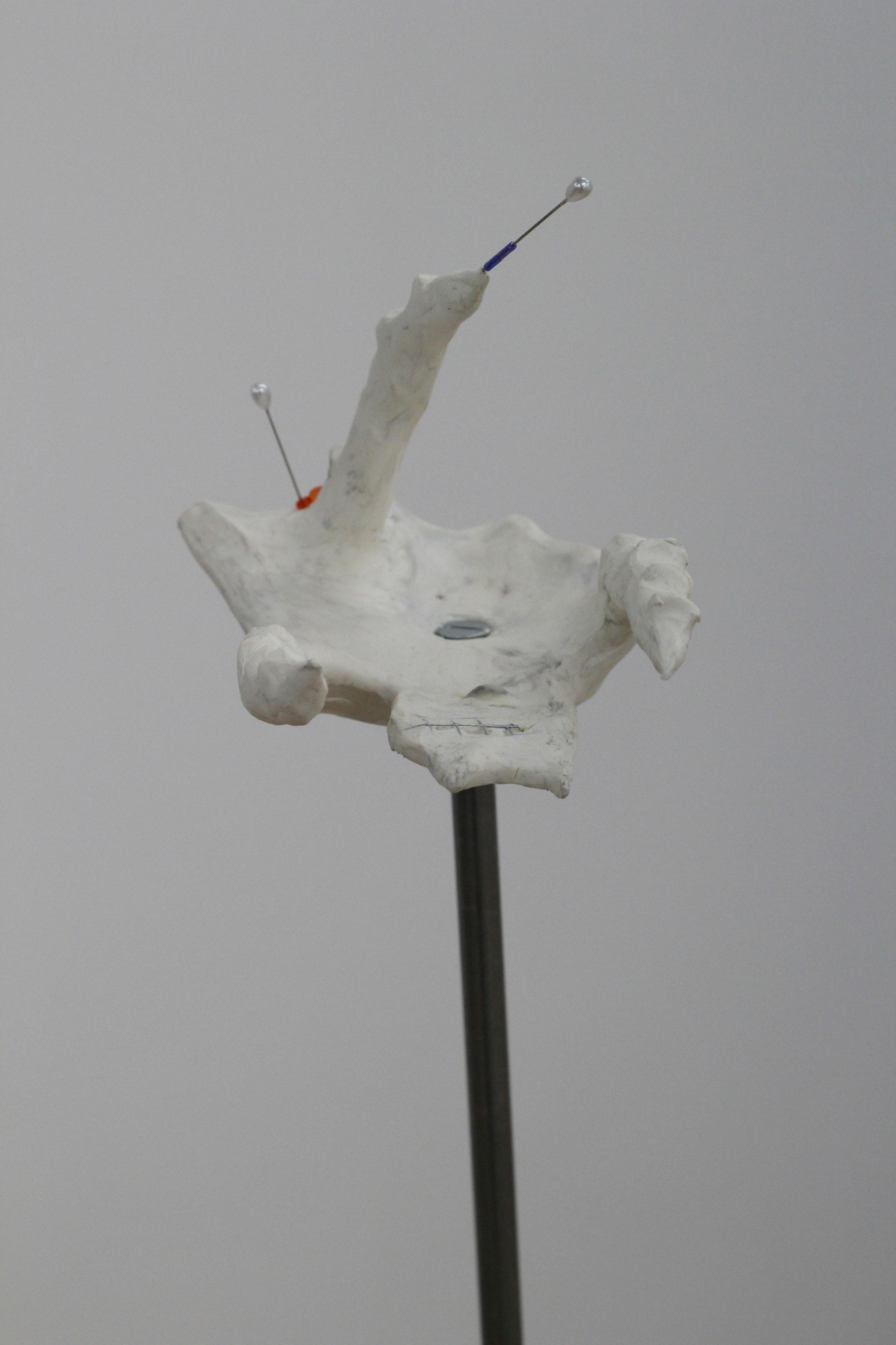 Fleur Dujat,  dans les coins multiples, on supprime , 2017, Installation : peinture sur bois, métal, pâte à modeler
