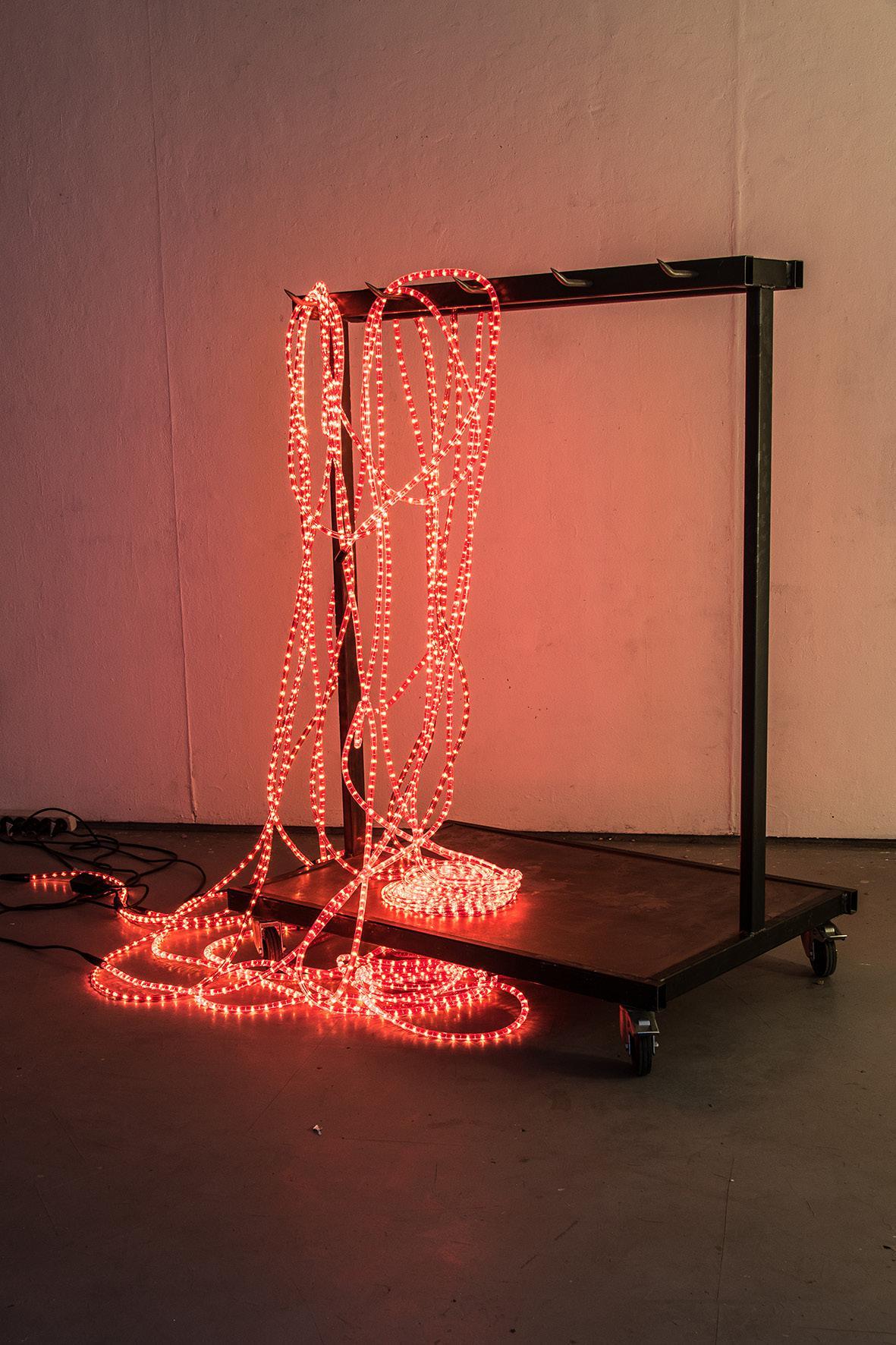 Céleste Richard Zimmermann,  Celestial Grill , 2014   (le chariot)  métal, roulettes, guirlande