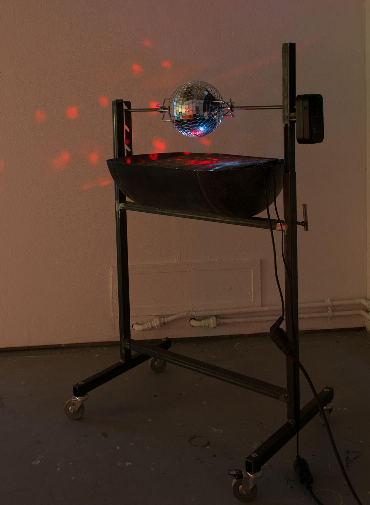 Céleste Richard Zimmermann,  Celestial Grill , 2014   (le BBQ)  métal, roulettes, chauffe eau, moteur, boule à facette