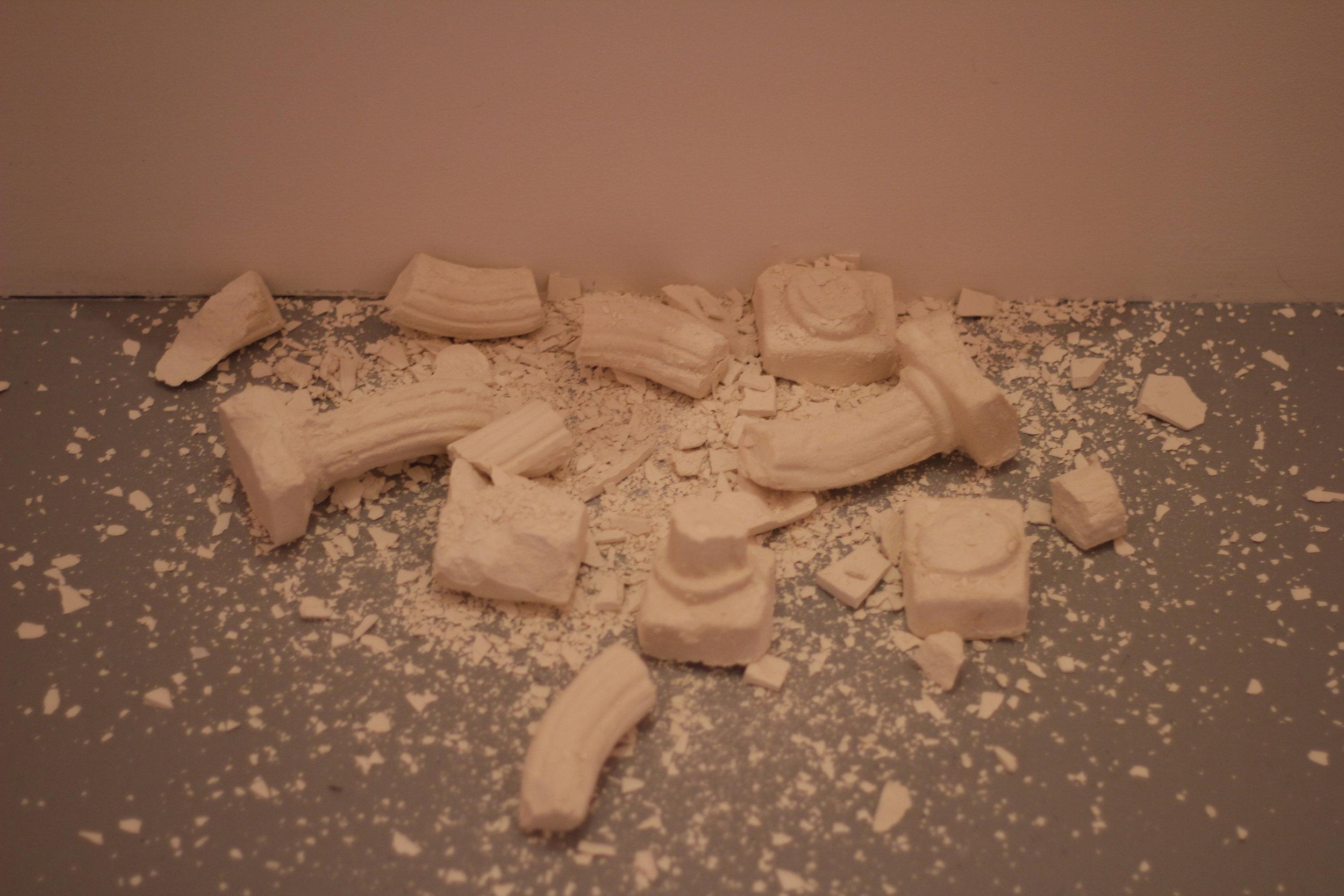 Detail view : Pauline Gompertz,  ONUS,  Tote bag, colones doriques en plâtre, 2018