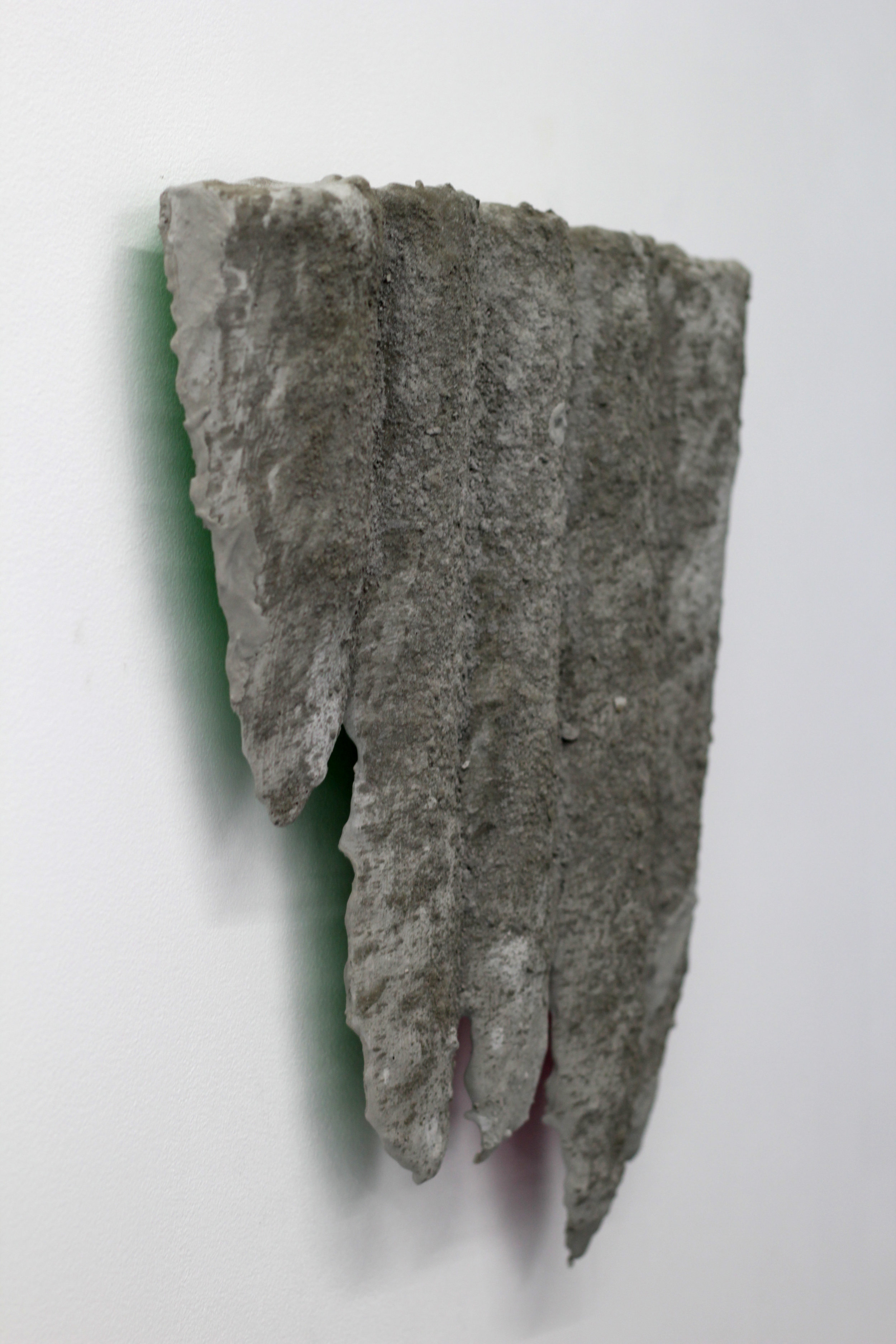 Camille Coléon,  Vue d'en dessous,  polyéthylène, ciment, mortier adhésif, 34x39cm, 2019