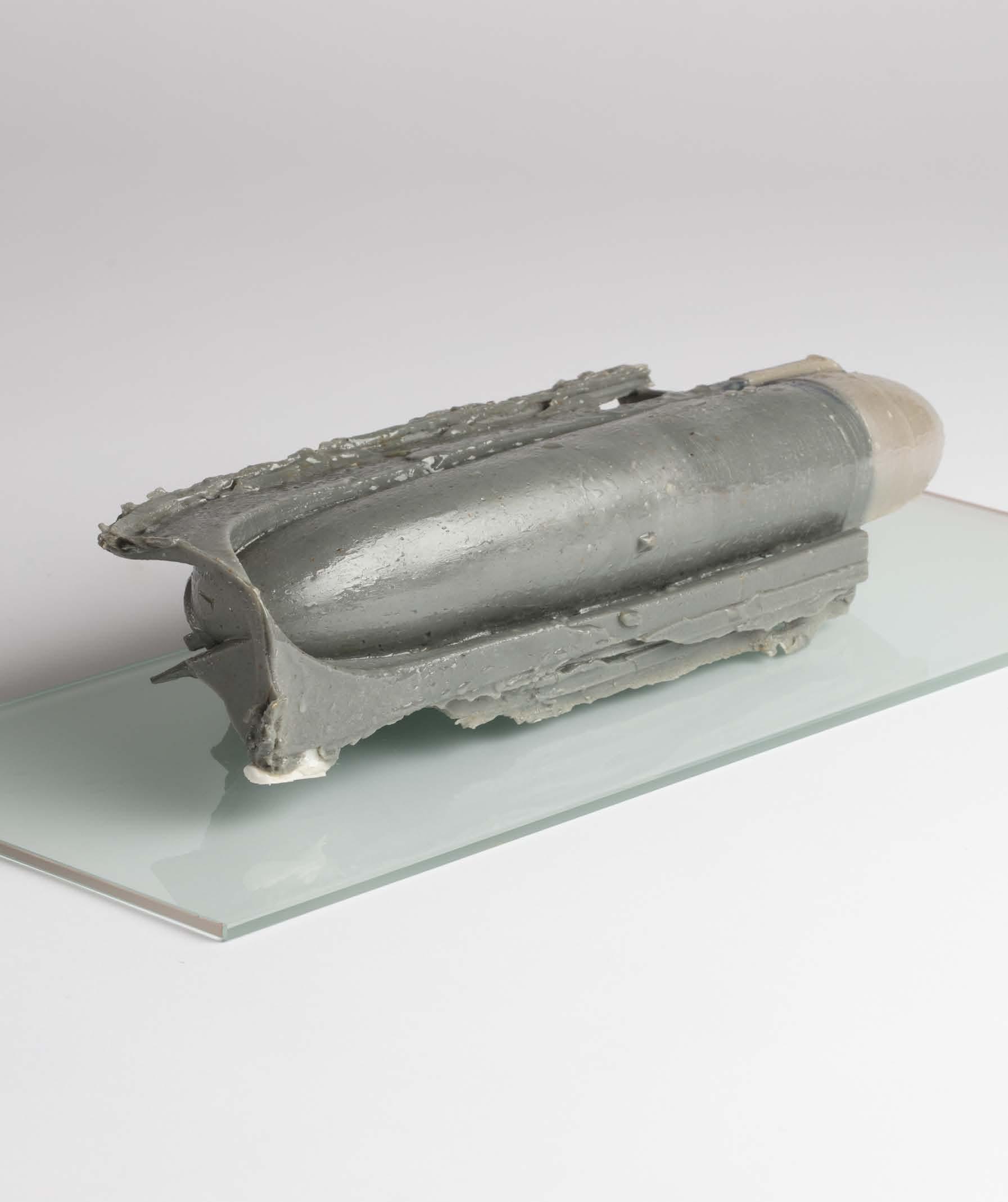 Jules Dumoulin,  Arrière droit,  2019 , Cire de fonderie teintée dans la masse enduite de résine d'inclusion, silicone, socle de verre, 27x13,5cm