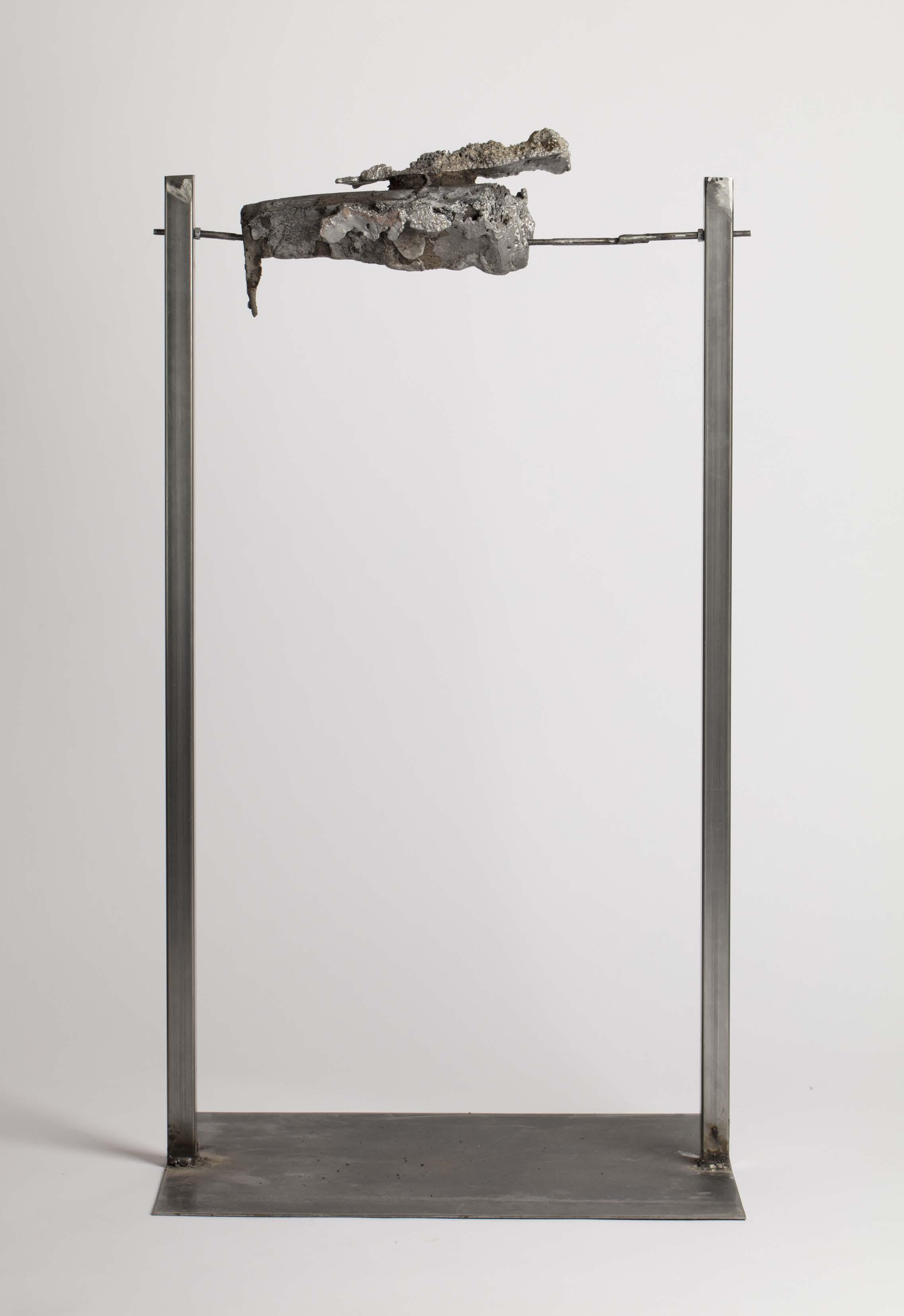 Jules Dumoulin,  Tonner rôti , 2018 , Toner d'imprimante moulé puis tiré en aluminium, socle d'acier. 50x50x120cm
