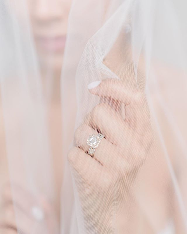 There's something so soft and romantic about veil shots 💛