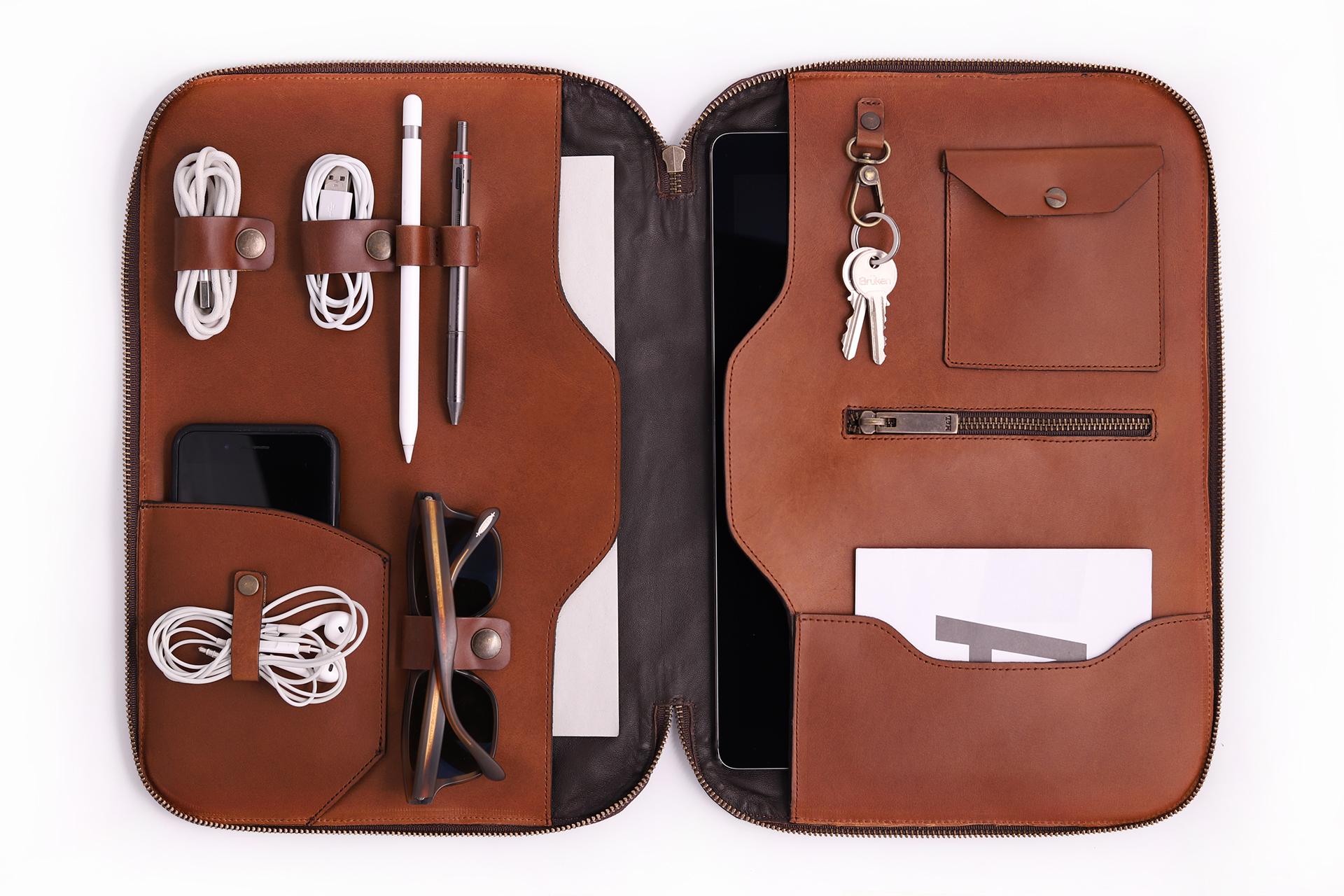portafolio-viajes-tech-dopp-sleeve-vintage-sugerencia-de-uso-funda-ipad-pro-tablet-cafe.jpg