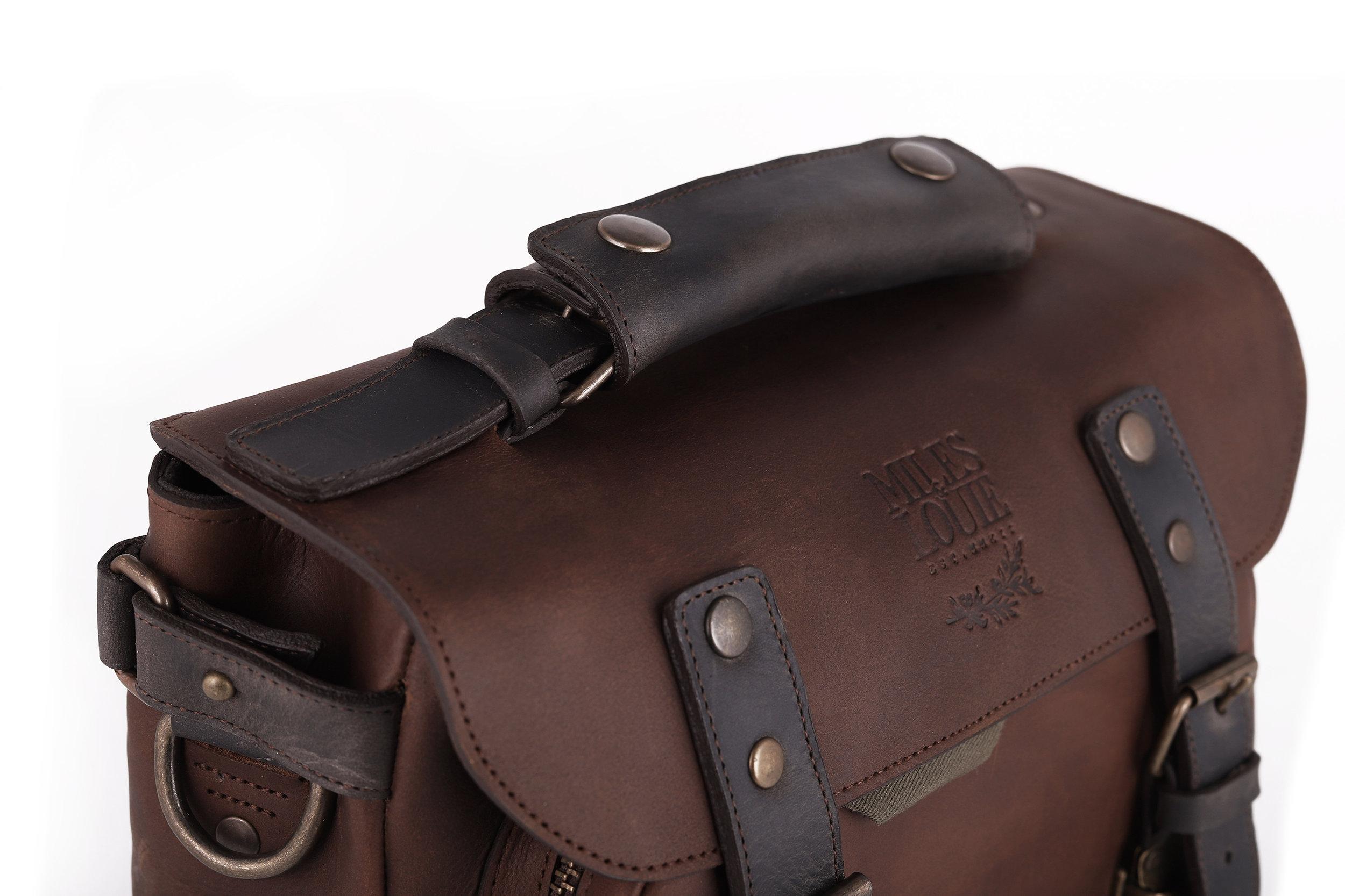 Refuerzo y comodidad  pad removible de piel en asa ajustable para mejor agarre.