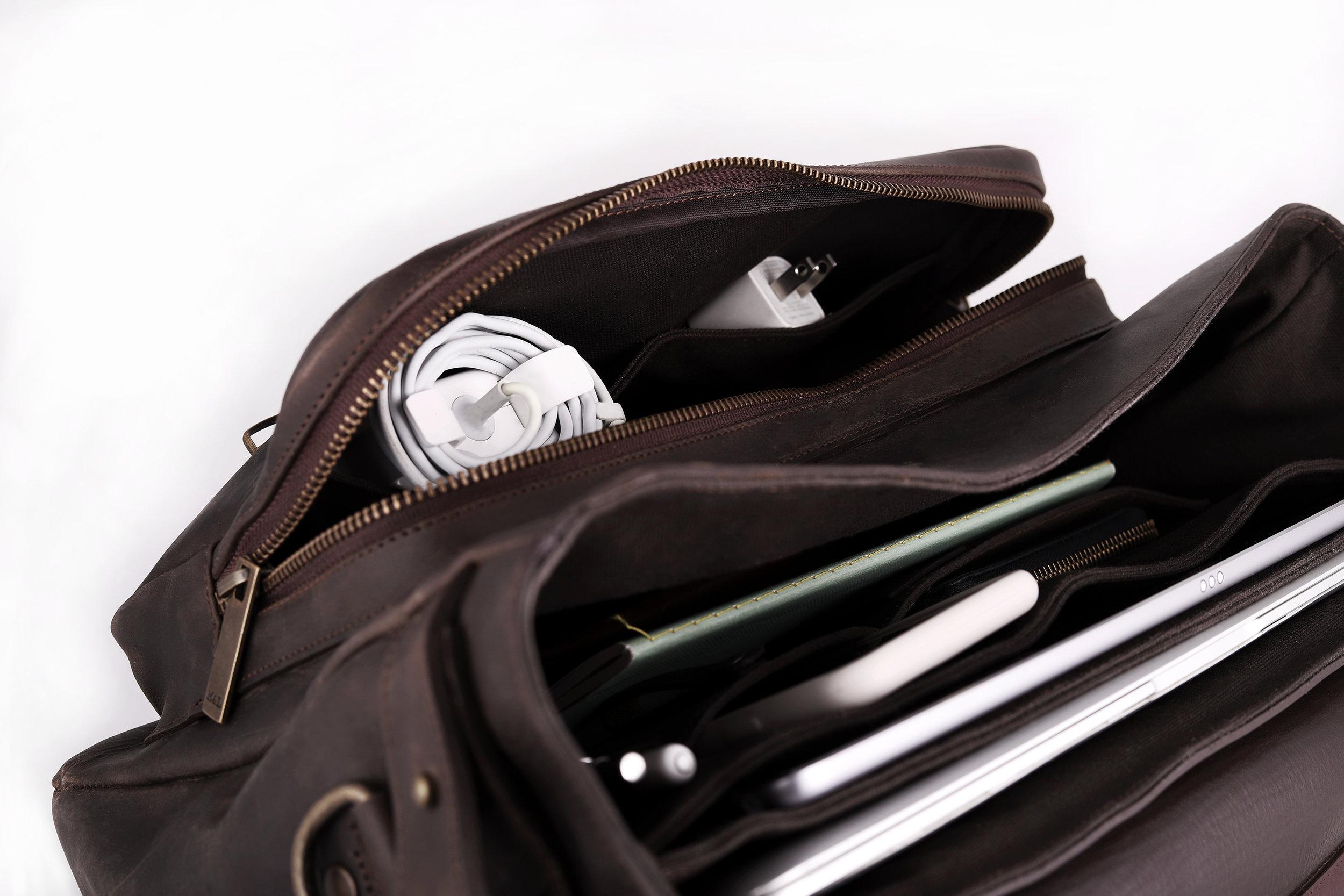 amplitud  los grandes espacios de almacenamiento de esta messenger bag se aprovechan a lo largo, alto y ancho. podrás encontrar espacio para todo lo que requieras, y al mismo tiempo una excelente organización.