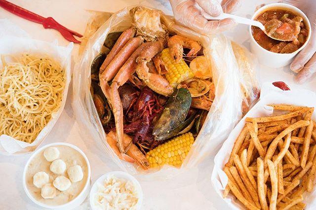 Don't be shy, dig in 😎 - - - #louiloui #cajunfood #southernflavor #seafoodlovers #rawbar #foodporn #fusionflavours #seafoodboiler #thefryer #bostonfoodie #igersboston #foodstagram #louilouiofficial #creole #eattss #yelpeatsbos #igersfood #eattingfortheinsta #617 #myfab5 #foodstagram #forkyeah #feedme #dailyfoodfeed #instayum #igfood #njeats #eeeeets #onmytable #yum #snowcrablegs