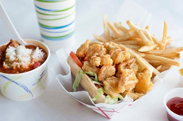 Menu of the day : A po' boy is a traditional sandwich from Louisiana. It almost always consists of meat, which is usually roast beef or fried seafood, often shrimp, crawfish, fish, oysters or crab. 🦐🦀