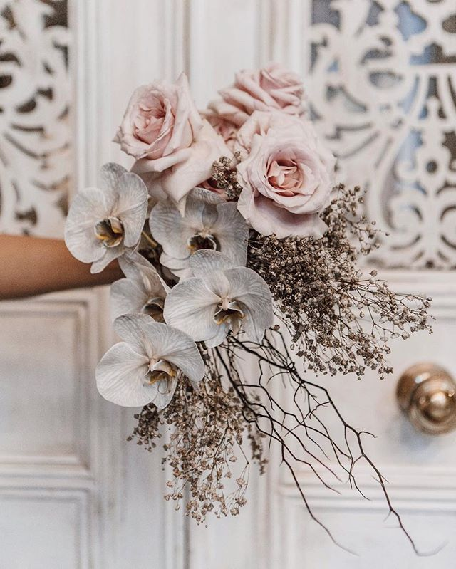 One of my favourite #flowerarrangements ever by the talented ladies at @thehuntedyard ✨ #wedding #weddingflowers #floralarrangement #eventstyling