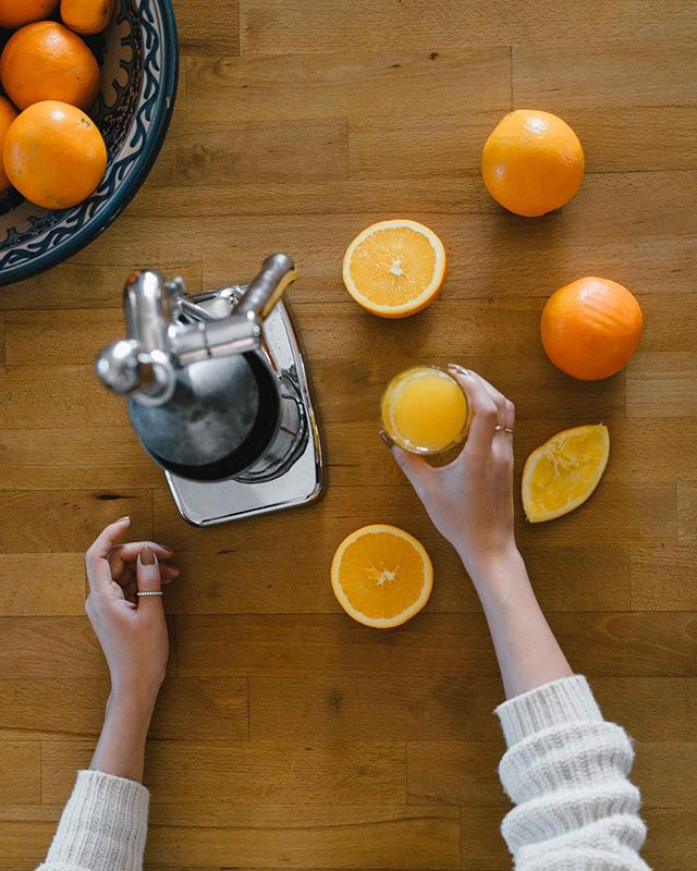 Freshly squeezed orange juice at the farmhouse 🍊 @dairyfieldsfarmhouse // Photography by @longformstudio • • • #photography #airbnb #farmhouse #farmstay #slowliving #smallbusinessaustralia #smallbusiness #orangejuice