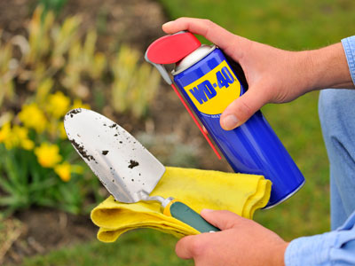 Cleaning-and-protecting-garden-tools.jpg