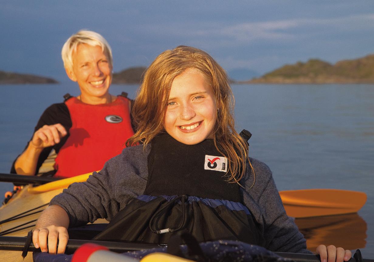 FAMILIEAKTIVITET: I stabile dobbelkajakker kan barna bli med på en trygg padletur. Foto:Kristin Folsland Olsen