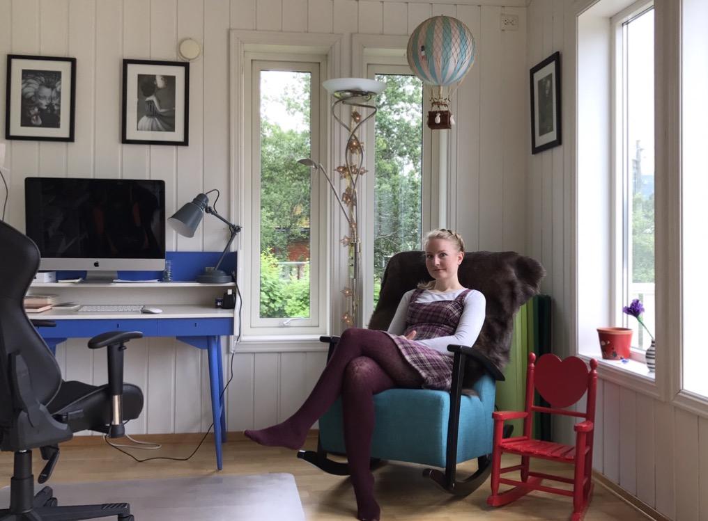 Monika Steinholm trenger ikke mye for å kunne skrive. Men det er ved det blå og hvite skrivebordet som har gått i arv fra foreldrene, at hun er mest produktiv.
