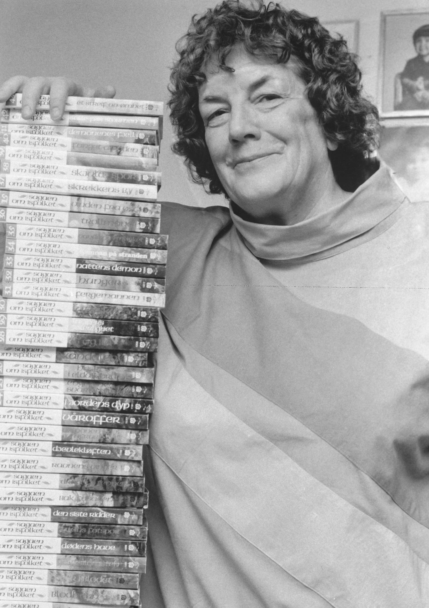Margit med sitt hovedverk «Sagaen om Isfolket» i 47 bind. Bokserien kom første gang ut i årene 1982–1989.
