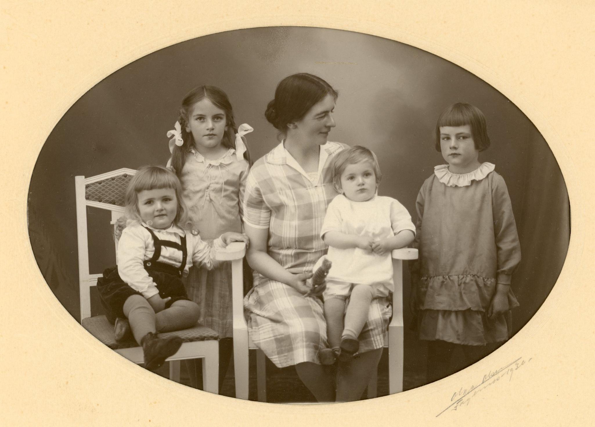 Mor og barn fotografert av Olga Olsen hos fotograf Neste på Fagernes i 1930. Fra venstre Anders, Eva, moren Elsa med Embrik og Margit.