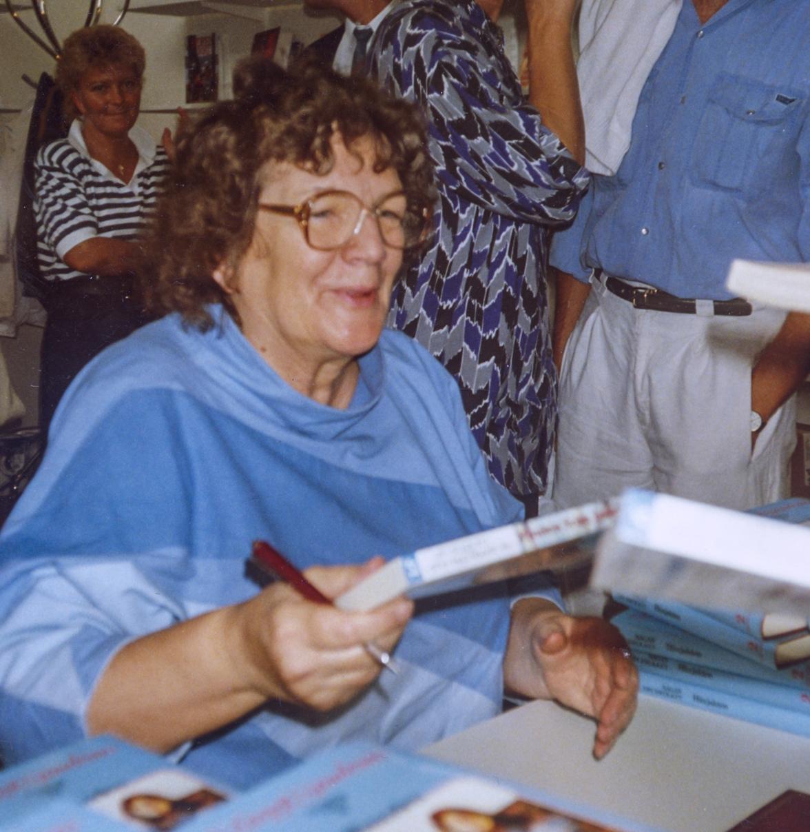 Margit signerer første bok i «Sagaen om Isfolket» på svensk. Lange køer samlet seg overalt hvor hun kom på sin signeringsferd