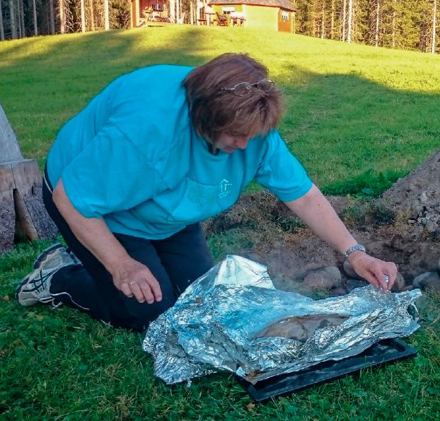 Kristin Winge lærer deg også å lage mat i kokegrop.  Les mer om   Mat på bålet     her.