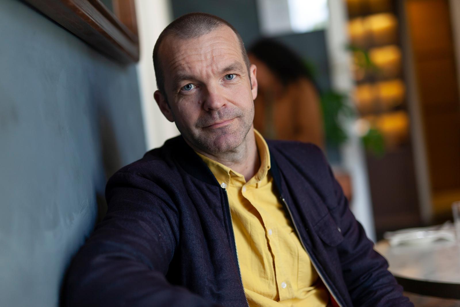 I    Svenske tilstander    øker Bjarne Riiser Gundersen kunnskapsnivået om vårt nærmeste naboland og kaster lys over noen av de mest sentrale samfunnsspørsmålene i vår tid. Gundersens forrige bok,  Da postmodernismen kom til Norge , ble nominert til både Kritikerprisen for beste sakprosabok i 2016 og til Brageprisen.
