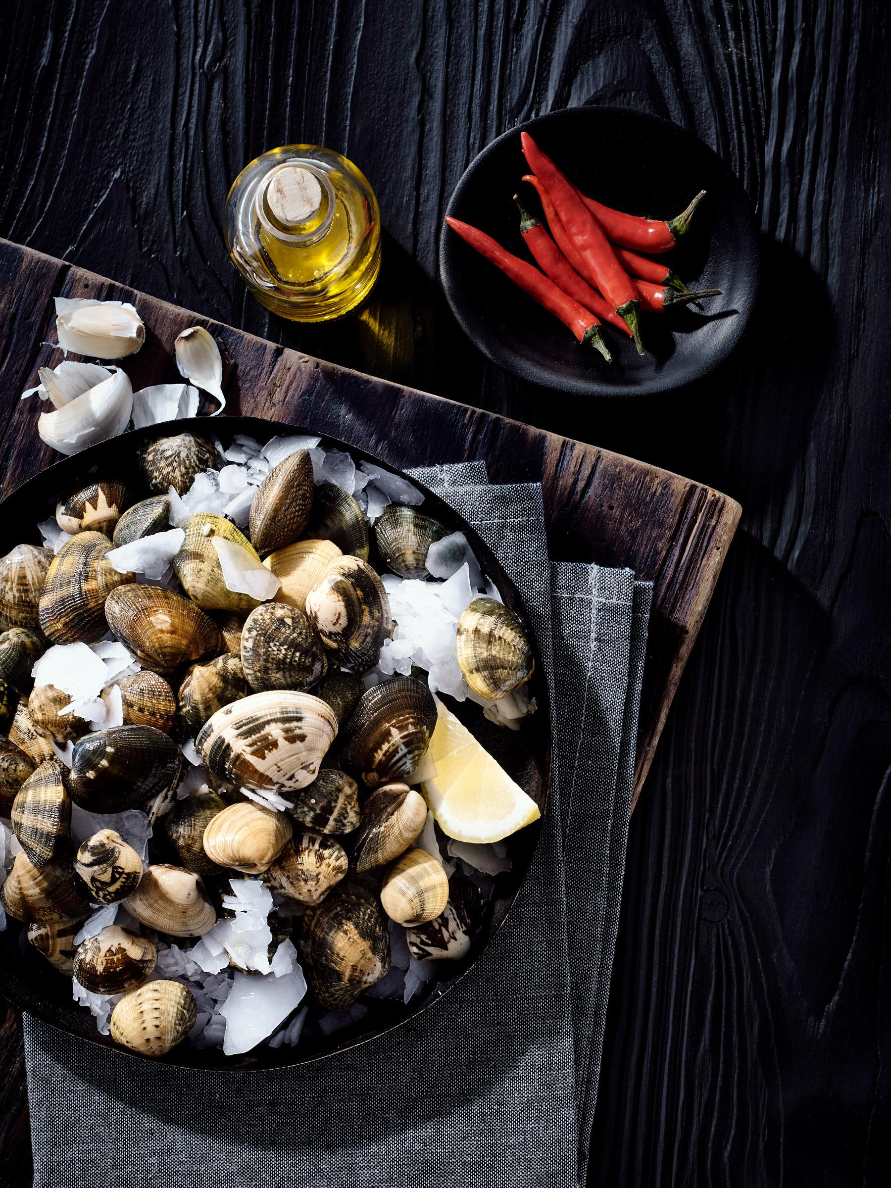Zutatenfoto Vongole auf eis mit Olivenöl und Chili