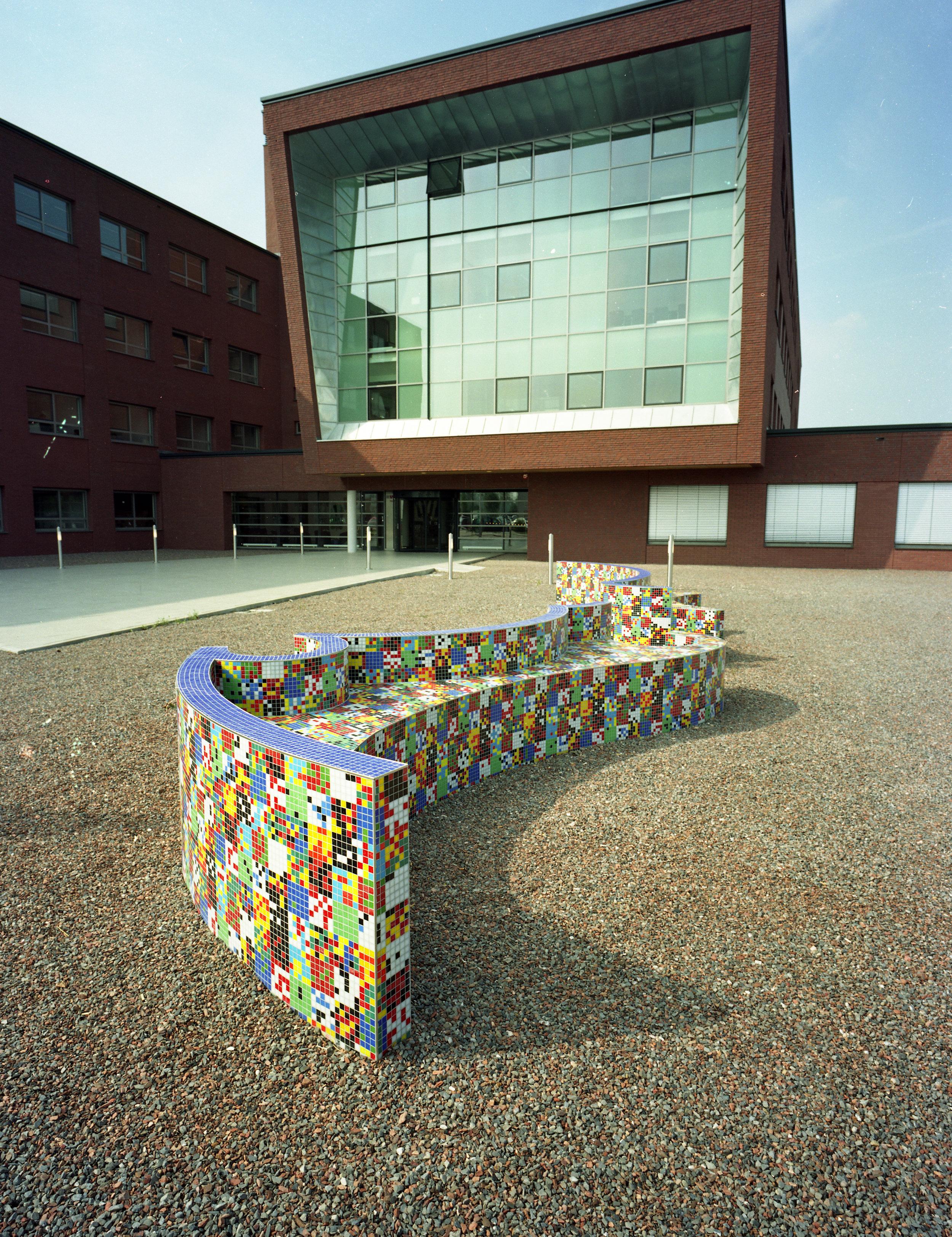 Simac, Woerden, 2000. Buitenbank in glasmozaiek, 10 m..jpg