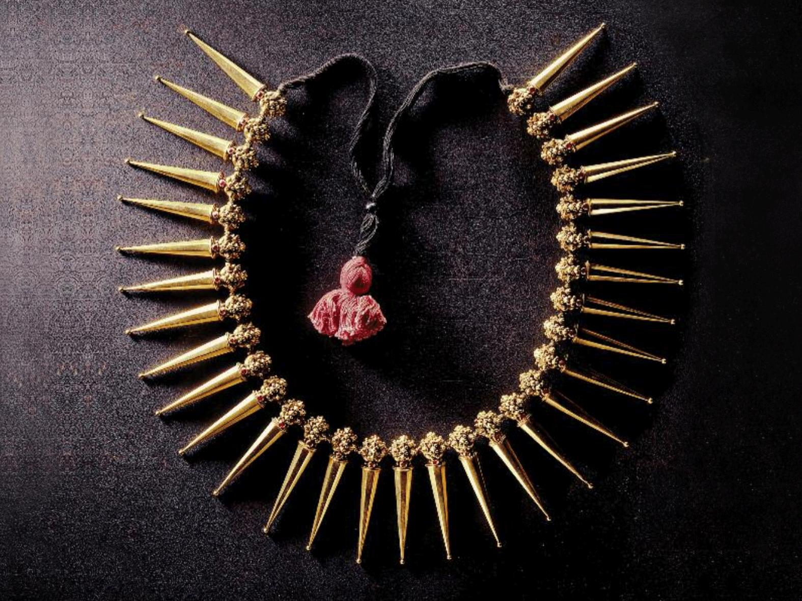 .... Azhai-mani malai or vazhai-pu mani malai necklace, South India, twentieth century ..Collier azhai-mani malai ou vazhai-pu mani malai, Inde du Sud, XXe siècle ....