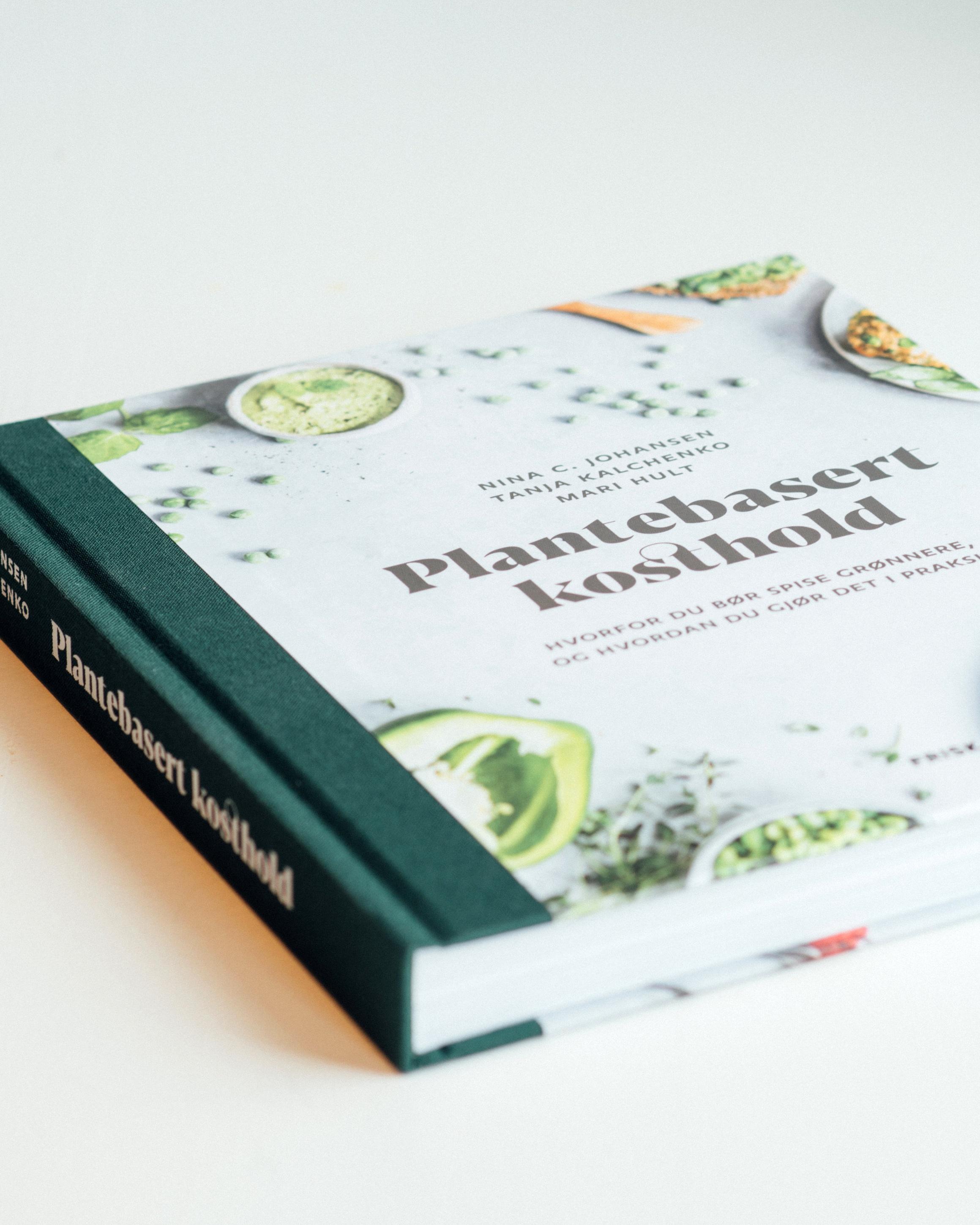 - Jeg er forfatter av boken Plantebasert kosthold sammen med lege Tanja Kalchenko. Dette er en fagbok om plantebasert ernæring. Mari Hult fra Vegetarbloggen.no har laget oppskrifter.Innhold:DEL 1: Hvorfor anbefaler vi et plantebasert kosthold?DEL 2: Hvorfor kutte ned på kjøtt, fisk og meieriprodukter?DEL 3: Hvordan sette sammen et sunt, plantebasert kosthold?DEL 4: Slik gjør du det i praksis (inkl. oppskrifter)Ofte stilte spørsmål240 sider191 referanser33 oppskrifter (med næringsinnhold)Ta kontakt for pressekopier av boken, eller oversikt over innhold/tema. Alle forfatterne er tilgjengelig for intervju.