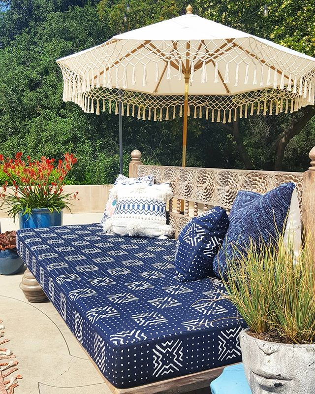 Cobalt, turquoise, cyan, and cerulean--some of the many shades of blue found at The Pasadena Showcase House 2019. Gimme one of these teak daybeds and fringed market umbrellas and I'm ready for summer and a pile of novels 🏖🌞 _ _ _ _ _ #pasadenashowcasehouse #exterior #patio #exteriordesign #escape #stagedspacesdesign