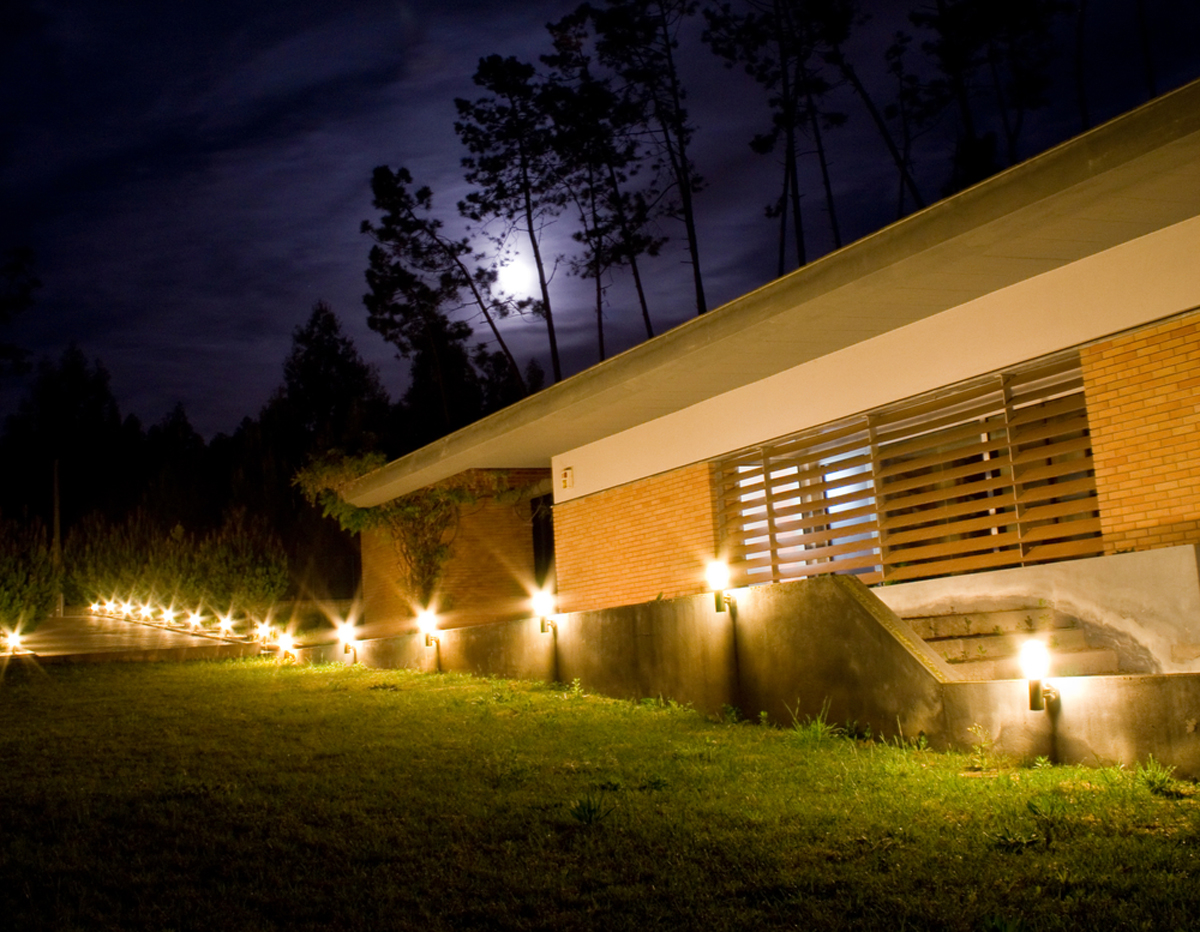 Runway effect in landscape lighting