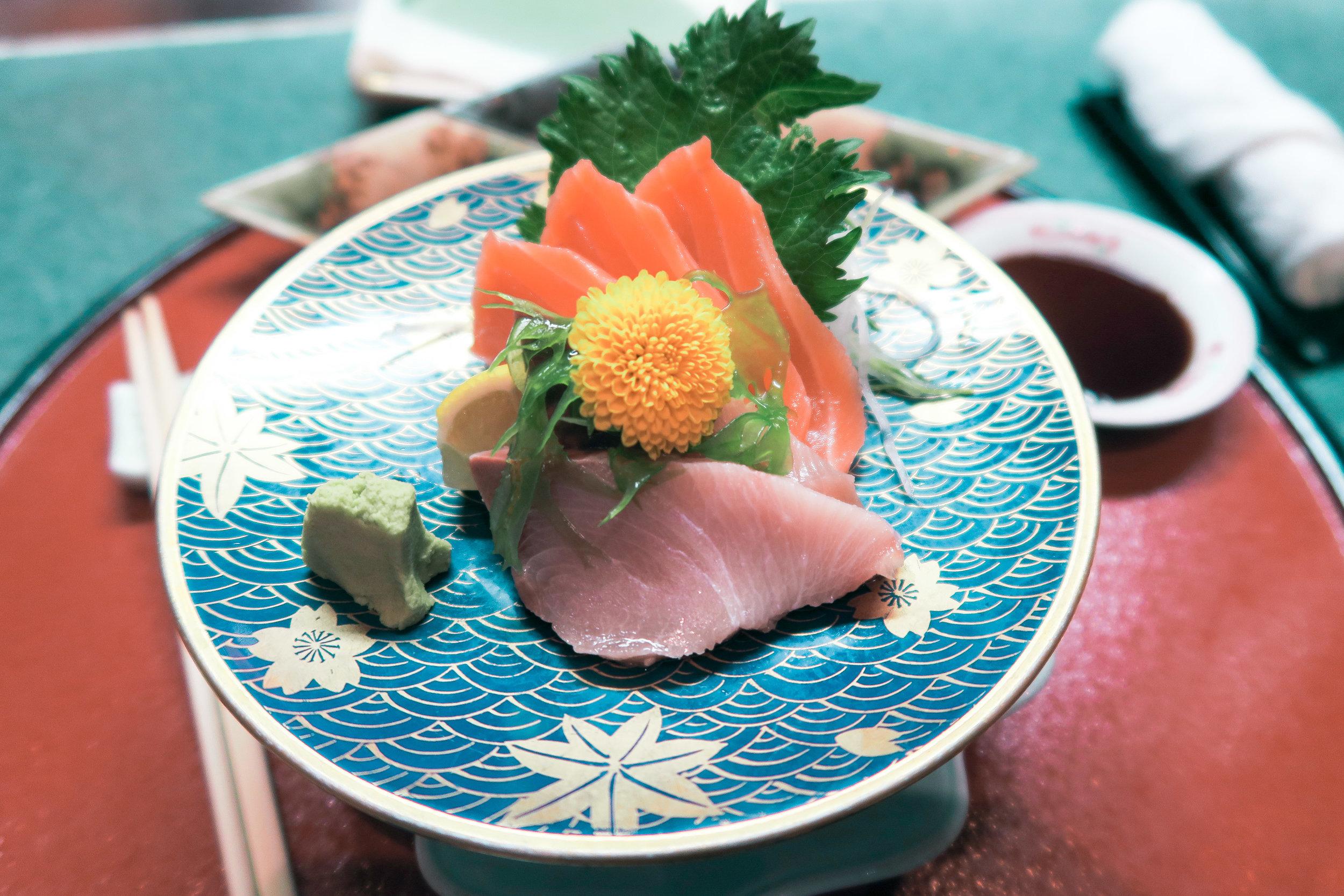A beautiful plate of tuna & salmon sashimi for appetizers 😍