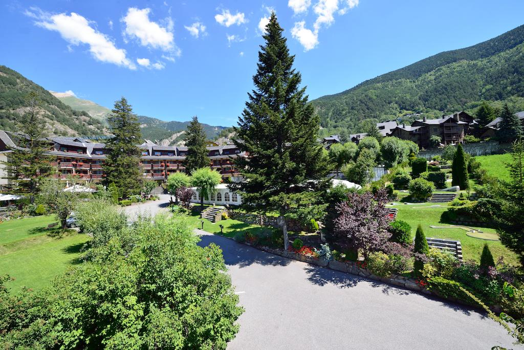 Hotel Coma Ordino - Hotel in the quietest area of Andorra, has all the services to enjoy the stay: pool, bar, playground, mini-golf course, tennis courts and large green areas.