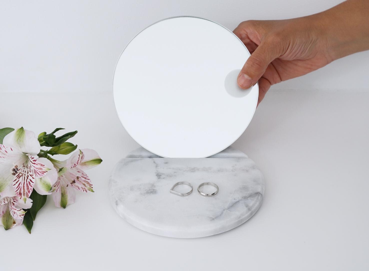 Fundamental_Mirror_White+Hand.jpg