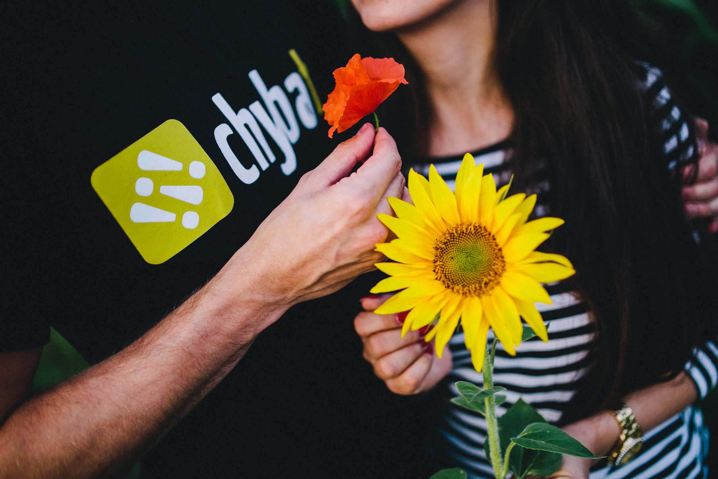 kaboompics_Young couple with sunflower.jpg