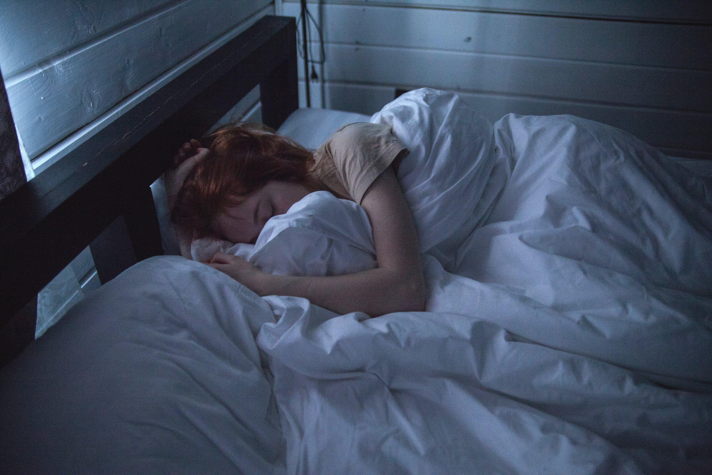 adult-asleep-bed-935777.jpg