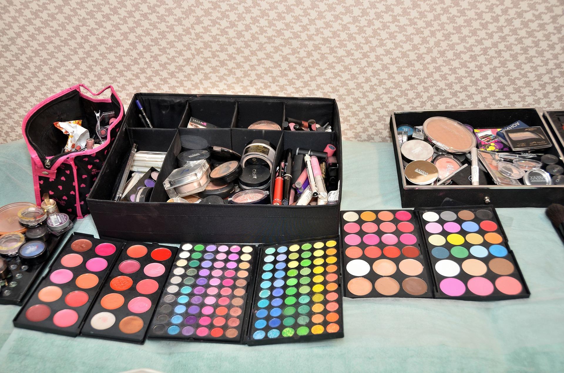 make-up-1376997_1920.jpg