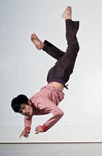 松本武士 - 玉川大学で演劇・舞踊専攻。Laban(イギリス)でコンテンポラリーダンスを学び、Roehampton大学にてダンスセラピー修士号を取得。卒業後ヨーロッパ、イギリス、イスラエルなどでダンス公演で活躍するかたわら、ダンスセラピストとして臨床経験を積む。2014年よりBody Synergyの活動に参加。玉川大学時代よりグループD.I.L.に所属し、朗読劇や表現教育の学びを活かし、3年間幼稚園に勤務し教育にも関わる。同時にBody Synergy Kidsのレッスンもバイリンガルで教える。Body Synergyの活動を高齢者のケアホームや障がい者施設、またタイにある孤児院などでも行い、その幅広く柔軟性あるプログラムを提供している。現在はイギリス、ロンドンに在住しながら、障がい者の為のダンスの活動や振付、ダンサーとして活躍している。心と身体は統合された一つのものという理念のもと、ダンスや身体の動きと人間心理の相乗的作用によってより良いあり方を研究する。2017年よりロンドンをベースにBody Synergy UKの活動を始める。